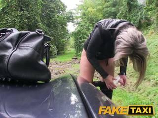 Faketaxi บลอนด์ ผู้หญิงสวย ระยำ ใน เธอ น้อย หี ด้วย กางเกงใน รอบ เท้า