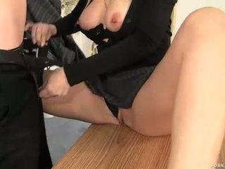 Mammīte boss alana evans nepieredzējošas dzimumloceklis uz viņai birojs