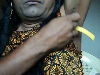 Indiai lány borotválás armpits haj által strai .