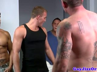 Alex andrews gets two cocks në e tij gojë
