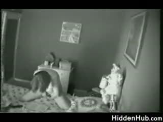 Nënë i kapuri masturbim nga një i fshehur camera