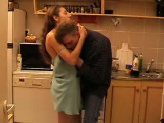 Daddys дочка трахкав в the кухня відео
