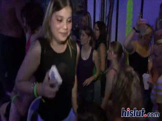Cô gái ai như đến dance cũng như đến hút