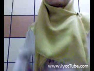 Muslim adolescente dedos coño en ducha habitación