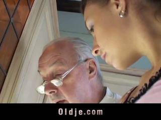 Brunetė licks oldman visi per jo sere skin ir fucks jį