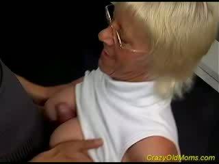 Senas hottie enjoys pupytė varpa