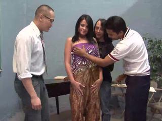 Drei glücklich guys licking ein schön indisch ehefrau