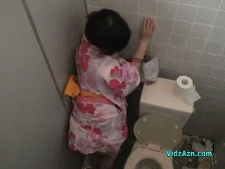 الآسيوية فتاة في kimono مارس الجنس من خلف بوضعه إلى الحمار في ال toilette