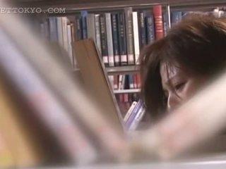 Tempting アジアの cutie 女 teased アップスカート で ザ· 図書館