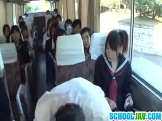 Teen auf ein öffentlich bus puts sie gesicht im ein bus rider lap