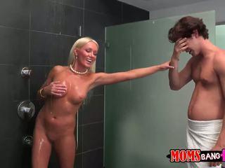 Guy finds son gfs belle mère en la douche