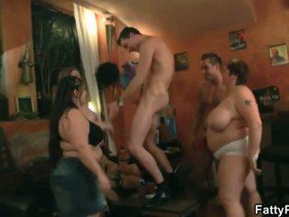 वसायुक्त pub: हॉट समूह कार्रवाई साथ स्किनी dudes और बड़ा महिलाओं