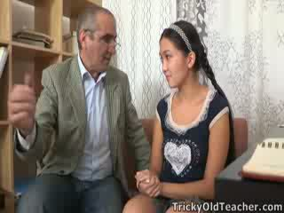 Tricky xưa perv giáo viên persuades á châu cutie đến hút của anh ấy con gà trống