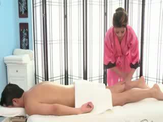 Seksi si rambut coklat masseuse rubs turun