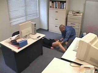 Uống thuốc và used tại văn phòng video