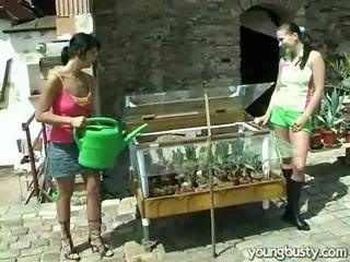 Γκέι γυναίκες αγάπη μέσα ο κήπος