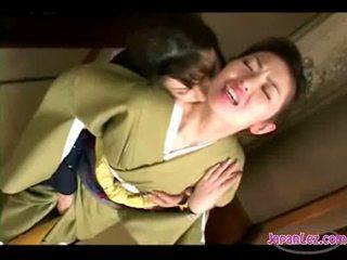Asiatic fata în kimono getting ei fata kissed pasarica și tate