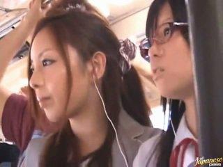 Shameless pervertida chinesa females having funtime em torno de bananas em público autocarro