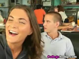 ของฉัน วิทยาลัย แฟน giving ใช้ปากกับอวัยวะเพศ ใน สาธารณะ diner