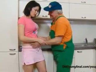 Oral tugjob islak gömlek pays an eski repairman için iş ile onu genç tüylü eller göt deliği