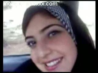 Comel warga arab remaja menunjukkan payu dara dalam kereta
