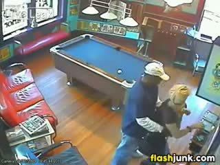 Cuplu prins futand de o securitate camera