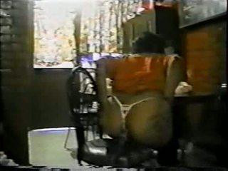 Mexicana asiendo silit con un palo de escoba