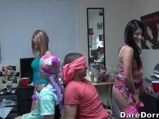 कॉलेज लड़कियों ब्लाइंडफोल्डेड the guys और gave उन lap dance