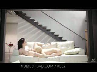 Aiden ashley - nubile フィルム - レズビアン lovers シェア 甘い プッシー juices
