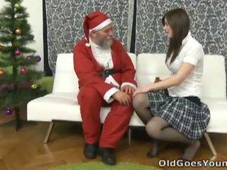 Old santa clause gives young ýaşlar a gift