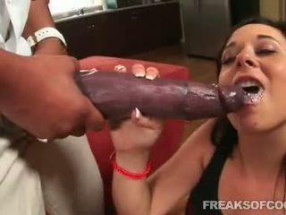 Soaked porno floozy aarielle alexis stuffs hänen suu kanssa a monsterin peniksen