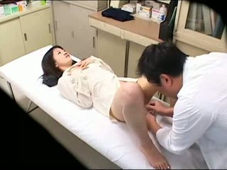 Perverted doktorn uses ung patienten 02