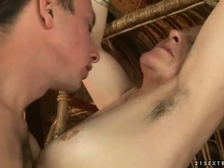 Močiutė ir berniukas enjoying karštas seksas
