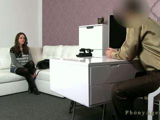 مفلس امرأة سمراء الهاوي مارس الجنس في أريكة في صب