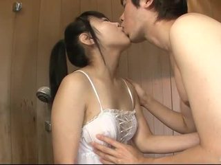 日本语 孩儿 uses 她的 舌头