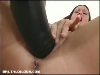 Gözel brunet stretching her amjagaz with a thick plastikden sik