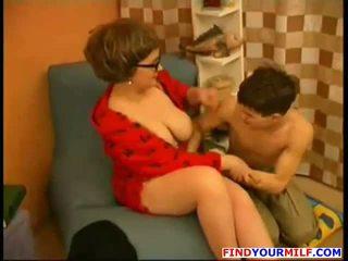 Mamă seduce tineri fiu