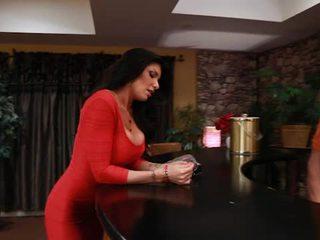 큰 titted tattooed romi 비 takes pisser 부터 그녀의 boyfriends 아들