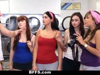 Bffs - högskolan flickor fan creepy guy sniffing trosor