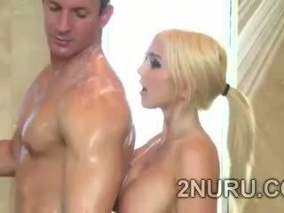 Veľký stacked blondie seduces hunky perv v the sprcha