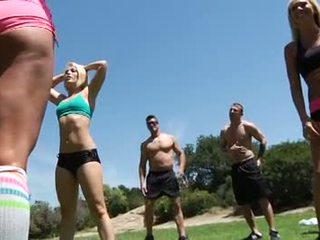 Chaud filles grand seins impressionnant fitness classe