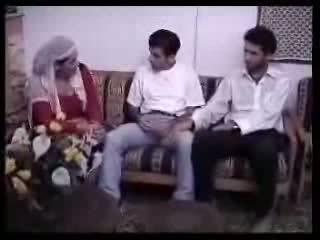 Araabia koduperenaine perses koos two guys. video