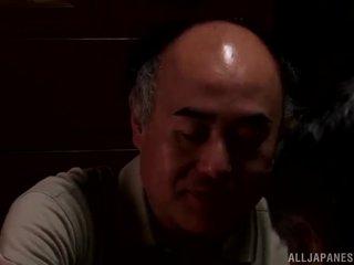 Yui hatano gives a roztomilý lízat na někteří elderly bloke