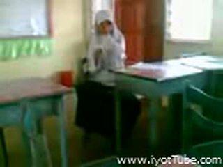 Video - malibog na classmate pinakita ang pepe sa klassenzimmer