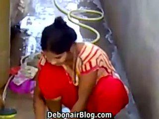 Sexy desi nena washing clothes que muestra escote ca