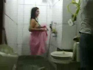 Mulher Tomando Banho Com Azulejista No Banheiro