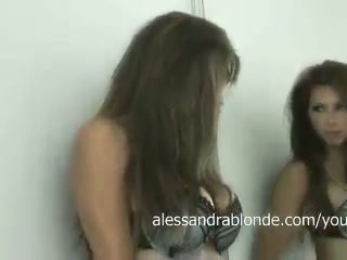 Alessandra شقراء في ل أسود حمالة صدر