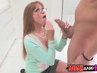 Sexy rondborstig stiefmoeder darla crane gets haar bips geneukt