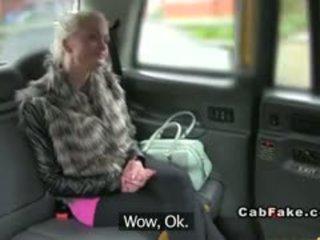 দুধাল মহিলা ফিনল্যান্ডের মেয়ে সাদা bangs মধ্যে taxi