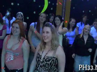 Lots de gangbang sur dance sol